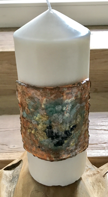 Kerze mit Platte aus Kunststoffgranulat