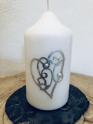 Kerze Hochzeit - klein - rund - weiß getaucht, beidseitig verziert mit Silberornament und Herzen in pink - mit Perlen und Swarovskikristallen