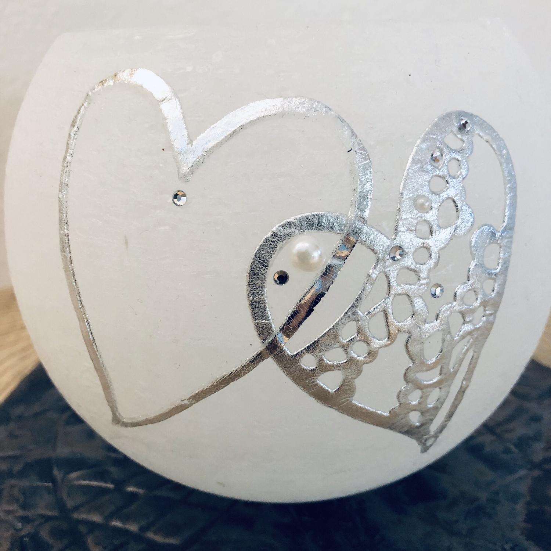 Kerze Hochzeit, Kugel weiß durchgefärbt, zwei silberne Herzen/Wachs mit Blattmetall, Perlen und Swarovskikristallen - gravierfähig