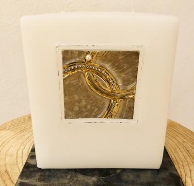 Kerze Hochzeit, Block weiß getaucht, quadratisch ausgehölt mit eingesetzter Wachsplatte - Hintergrund silber gemalt, Wachsstreifen gold und silber, mit Perle und Swarovskikristallen - gravierfähig