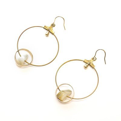 Round earrings with pearl stones
