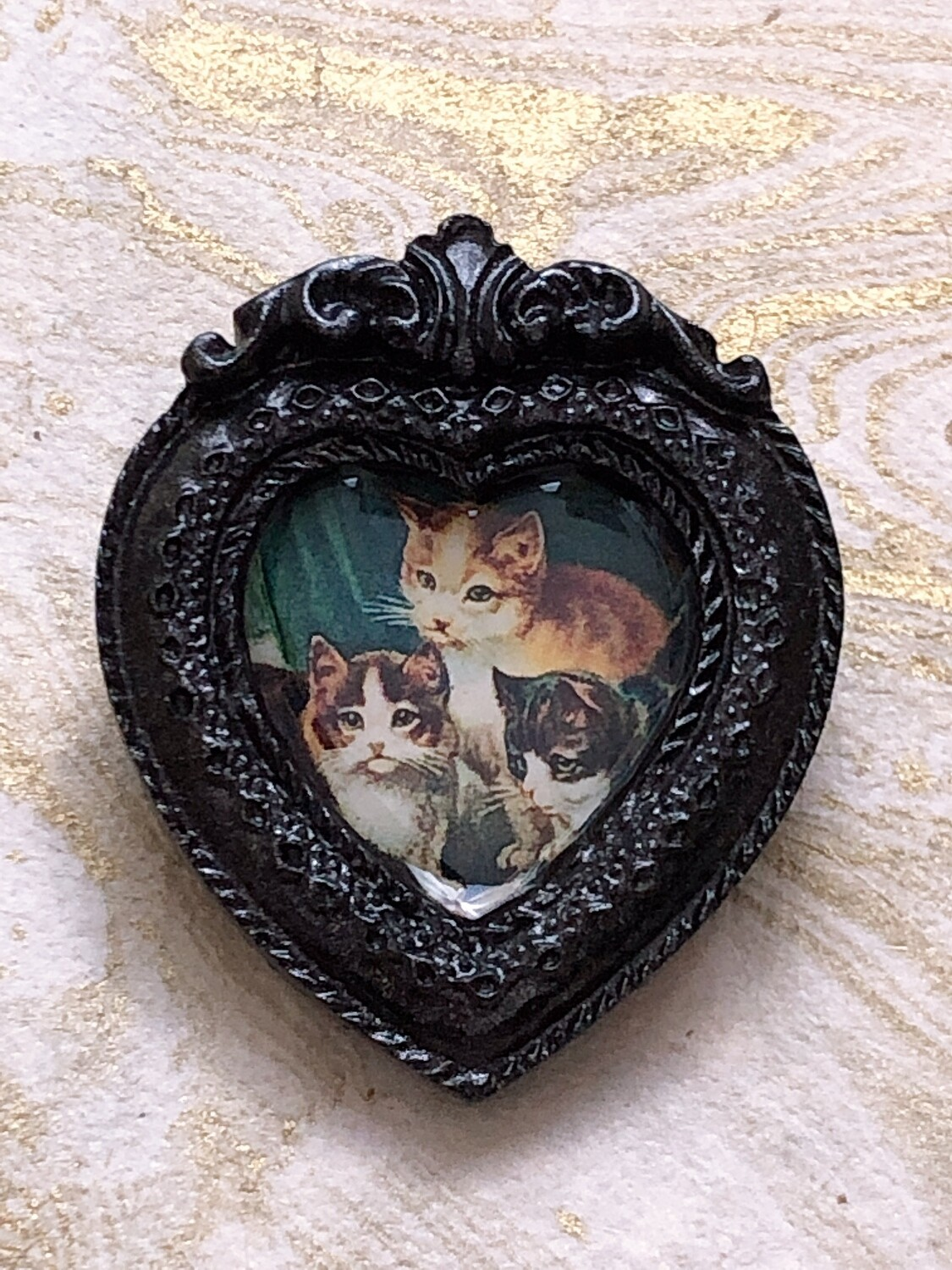 frame brooch (three cats)