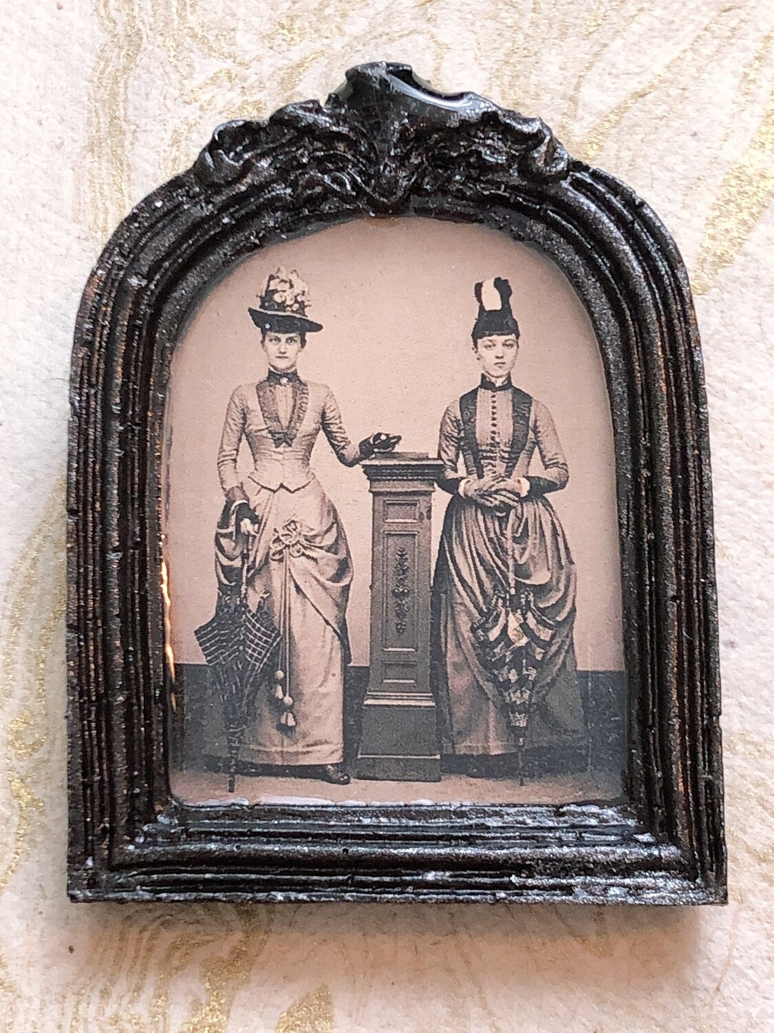 frame brooch (two sisters)