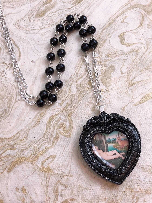 frame necklace (cranach black heart)
