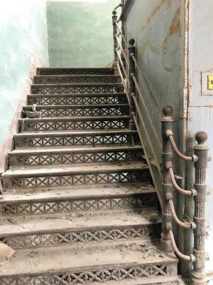 Уникальная чугунная лестница из старой фабрики 1896 года. Один пролёт: два чугунных косоура, 12 ступеней с подступёнками, перильные ограждения