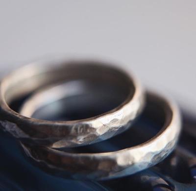 Закруглённые «битые» обручальные кольца.
