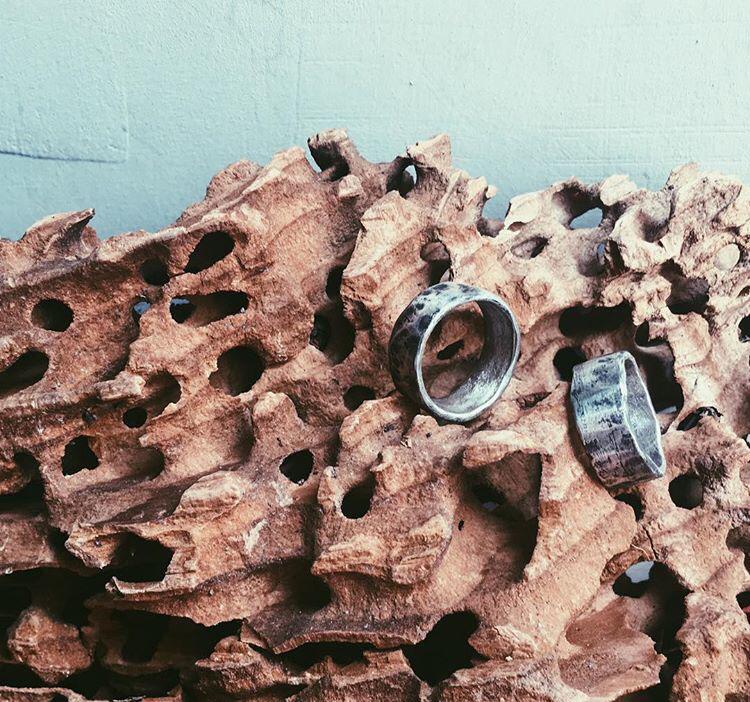 Кованные обручальные кольца с патинированием