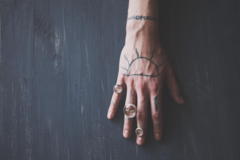 Серебряные кольца со стеклянными кабашонами