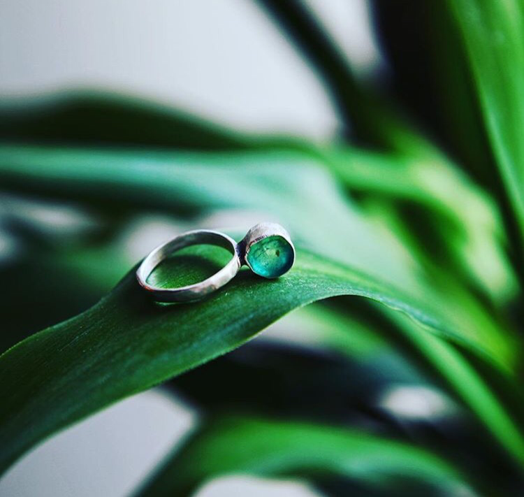 Серебряное кольцо с эпоксидной смолой и янтарём