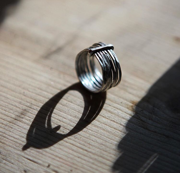 Несколько тонких серебрянных колечек в одном