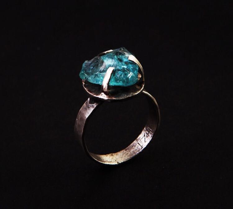 """Серебряное кольцо с крупным камнем в """"лапках"""""""