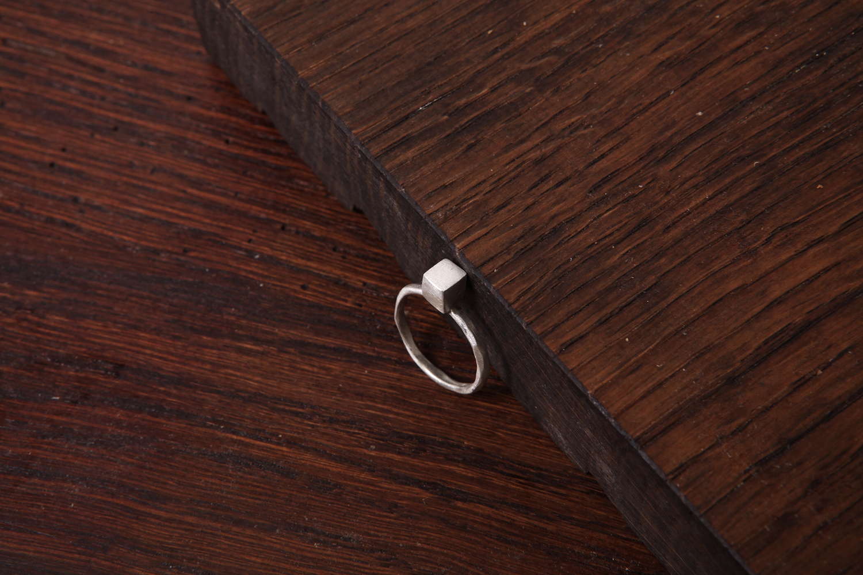 Серебряное кольцо с кубиком