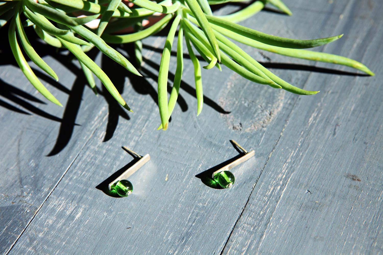 Серебряные серьги с зелёными шариками стекла