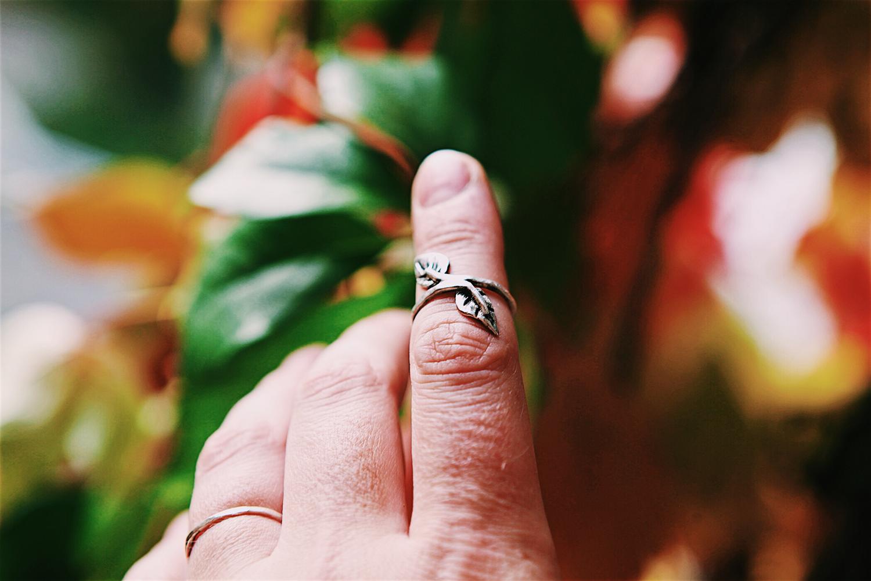Серебряное кольцо с листьями