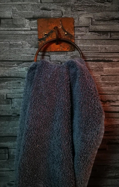 Ijzeren, roestige, handdoekring
