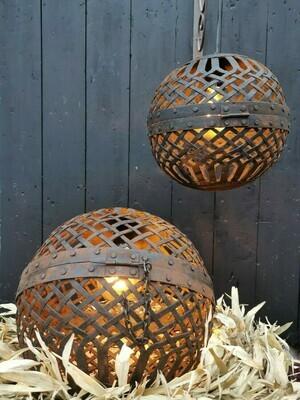 Liggende metalen bal lamp L