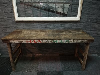 Oude doorleefde markttafel