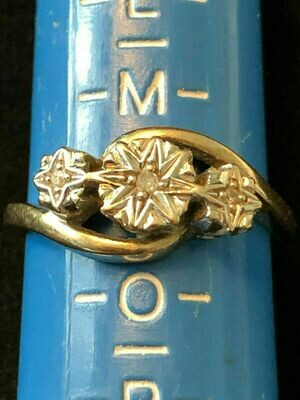 Vintage Gold Ring 375 hallmarked - set with 3 small diamonds (tested)