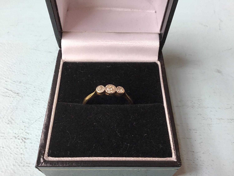 18 Ct Gold And Diamond Ring - 3 X Diamonds