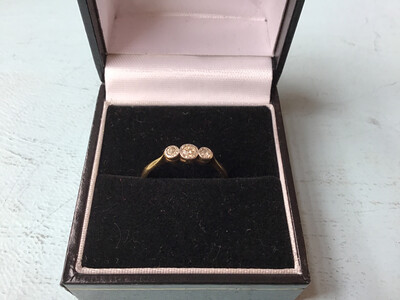18 Ct Gold And Diamond Ring - 3 X Diamonds