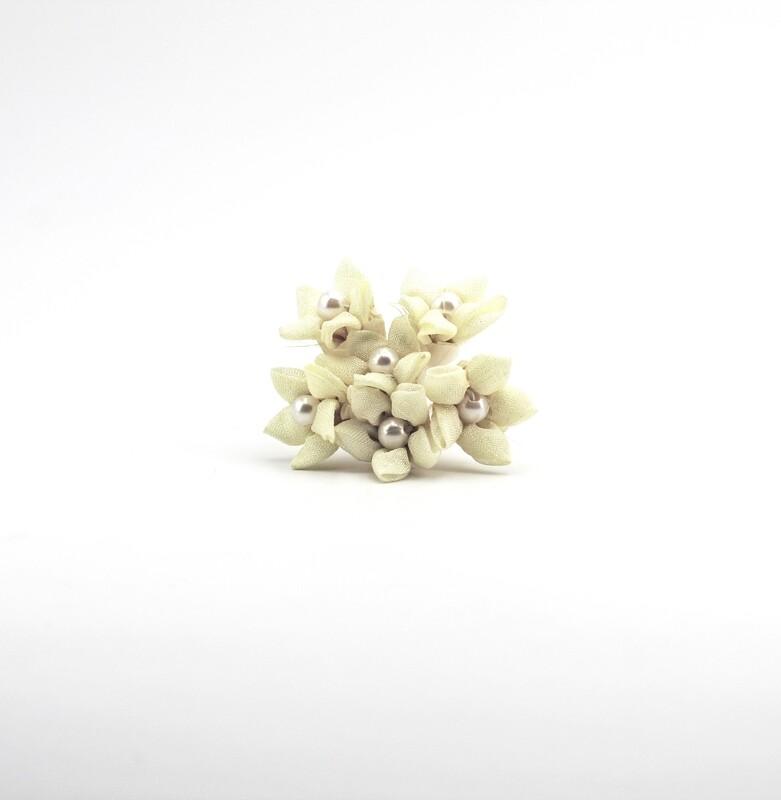 Applicazione fiore beige chiaro con perla centrale Pz. 72