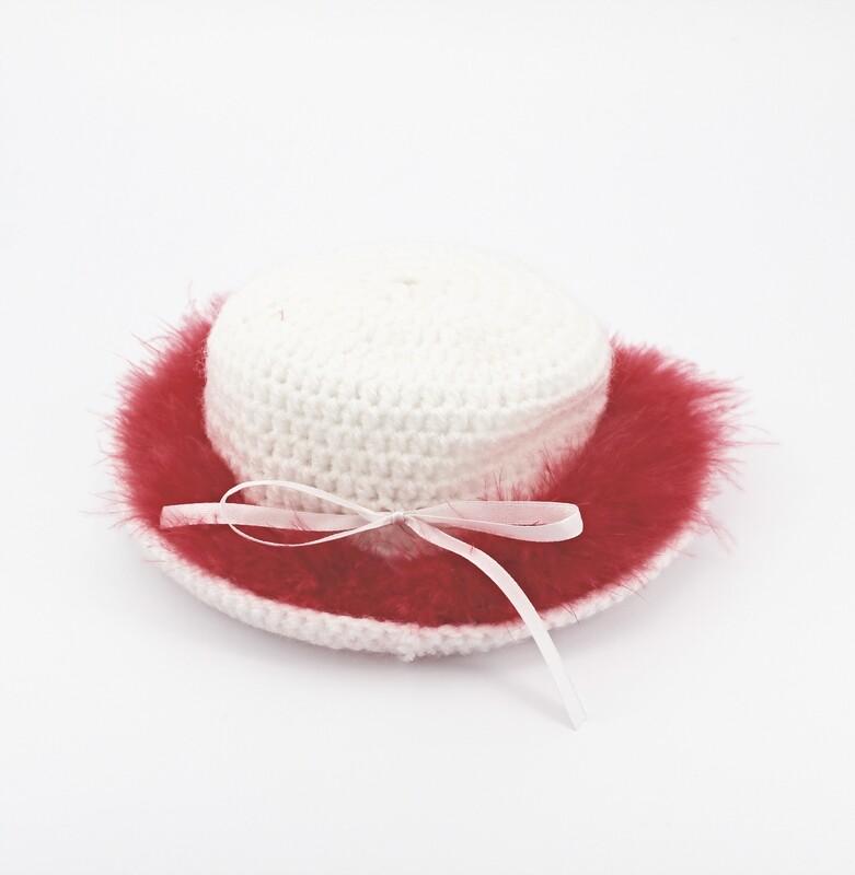 Cappellino bianco con piume marabou rosse Pz.1