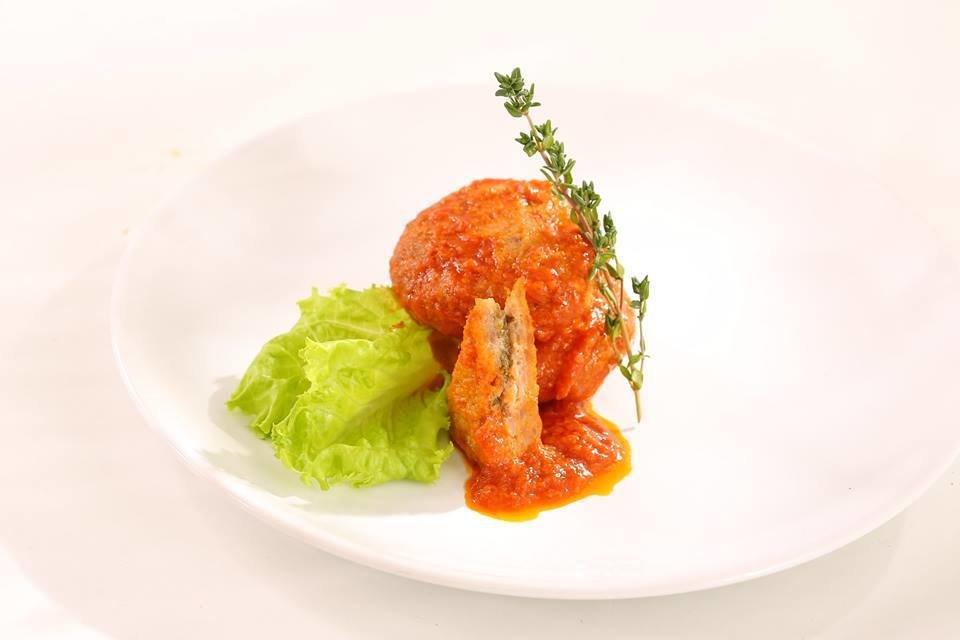 Котлеты из кролика в кисло-сладком соусе фаршированные сливочным маслом с петрушкой