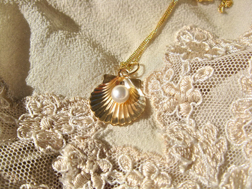 Scallop shell with pearl necklace ~ Santiago, 18ct gold