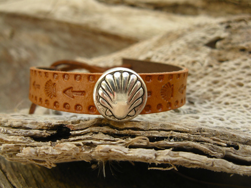 Camino bracelet ft scallop shell ~ embossed  leather