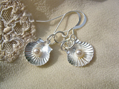 Scallop shell with pearl earrings, silver