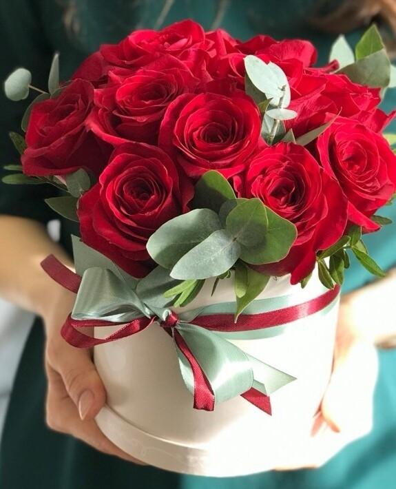 15 роз в аквабоксе с эвкалиптом