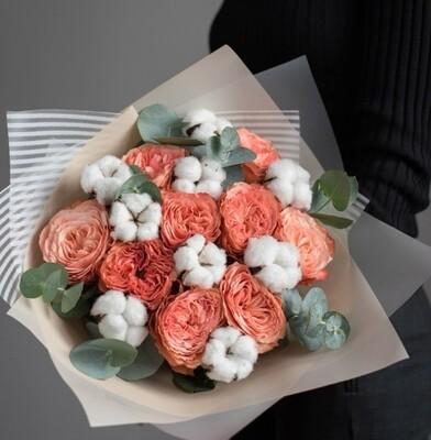 Букет пионовидных роз с хлопком