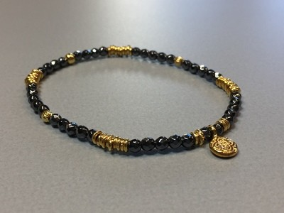 Elastisches Armband Hematit Silbercharms vergoldet und Anhänger