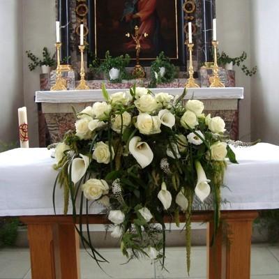 Kirchendeko Altargesteck Rosen und Calla weiss