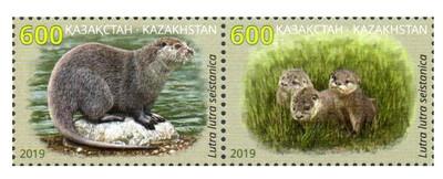 Казахстан. Красная книга. Речная выдра. Сцепка из 2 марок