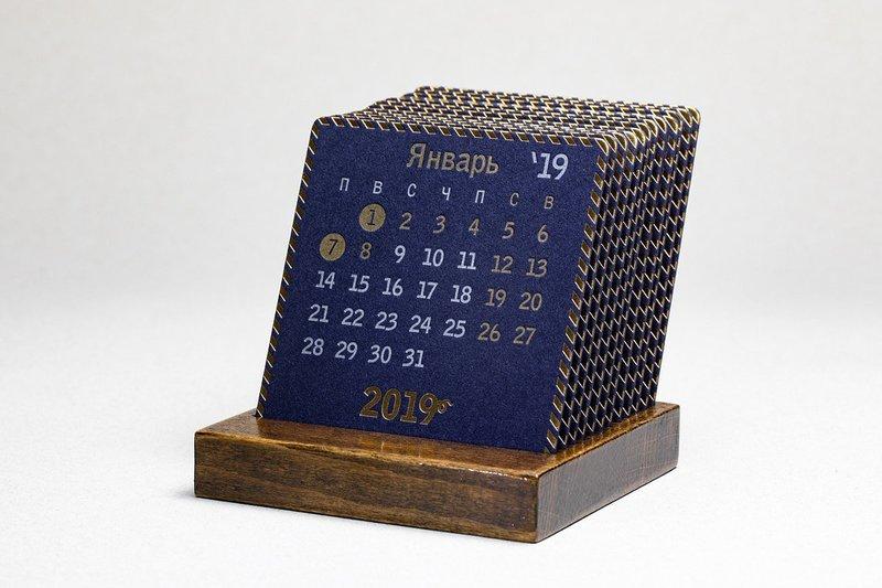 PRESIDENT - Календарь 2019 на подставке из лакированного дерева.