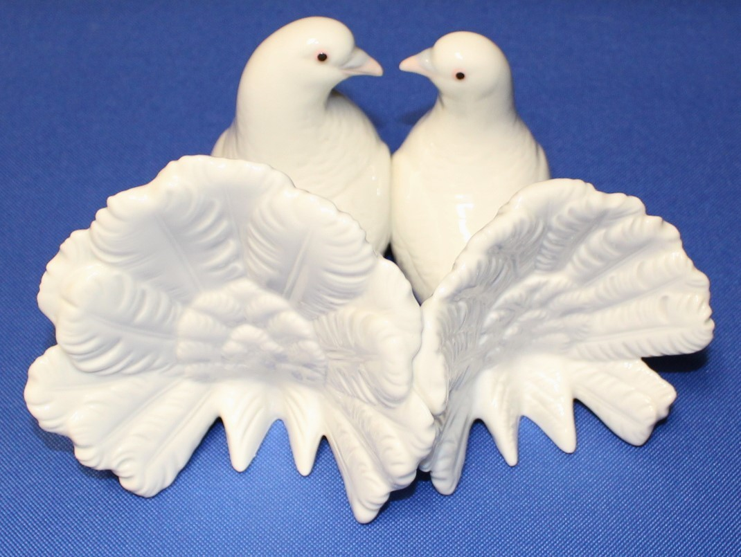 Lladro Couple of Doves 2 White Birds Kissing Porcelain Figurine #1169