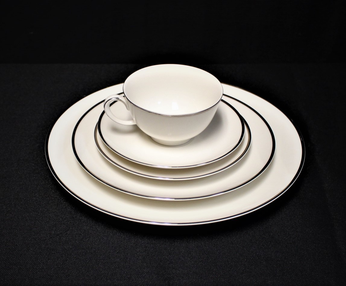 Noritake Ivonne 7522 Ivory China 5 Piece Place Setting w/ Platinum Trim