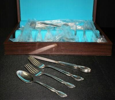 1954 WM Rogers 32-Piece Precious Mirror Silverplate Flatware Set w/ Wood Chest