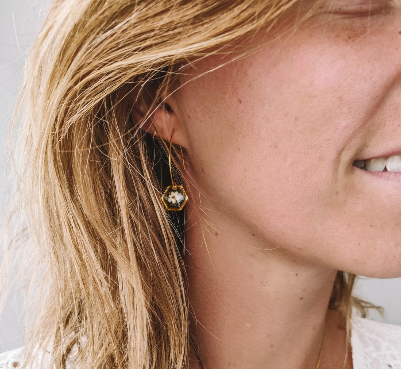 ELDERFLOWER: oorbellen goud hex klein lang