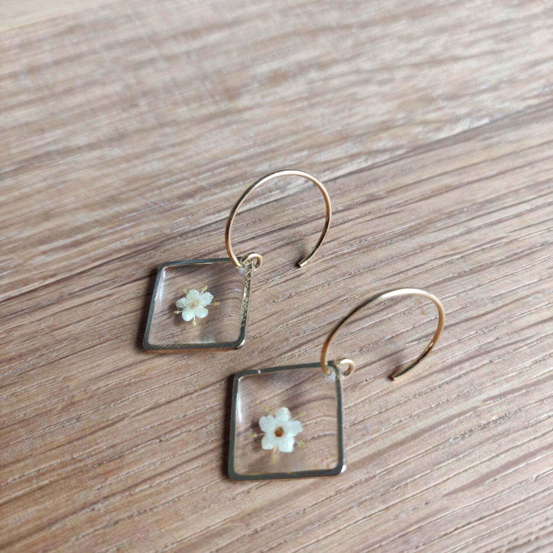 ELDERFLOWERS: goud vierkant hangers