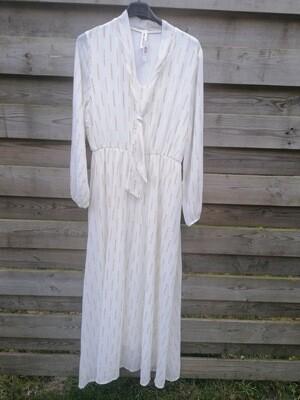 Maxi jurk - CHEYENNE  wit met gouden streepjes
