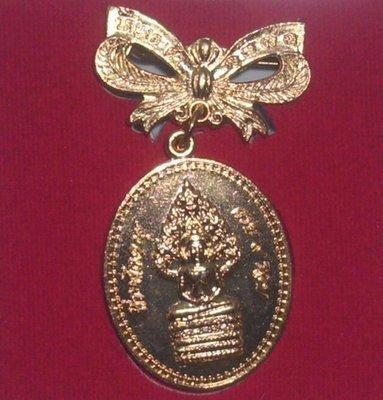Rian Nakprok Hlang Dta Tip Nuea Tong Daeng Galai Tong pin badge amulet