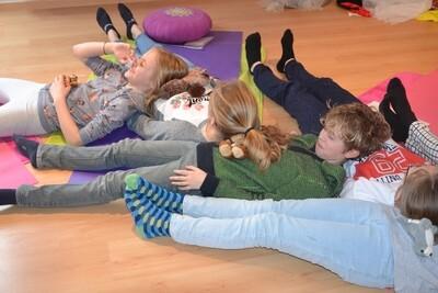 Yoga in de klas, thuis en in de praktijk gericht op de lagere school      20/10/2020