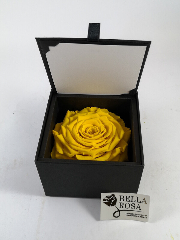 Caja elegante negra (10.5cm x 10.5 cm) con rosa natural preservada en color amarillo 9 x 9 cm)