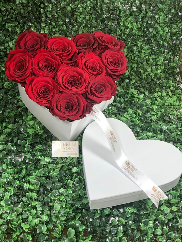 Caja en forma de corazón con 12 rosas naturales preservadas
