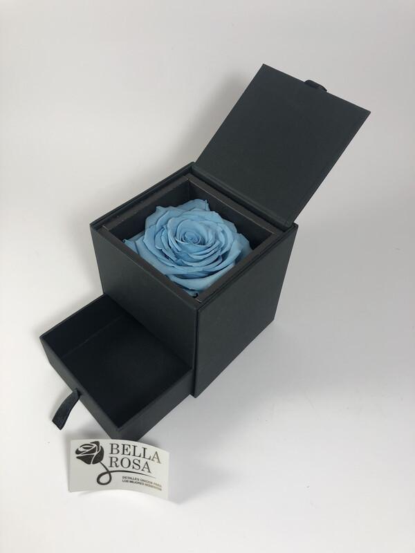 Caja elegante con rosa natural preservada en color celeste