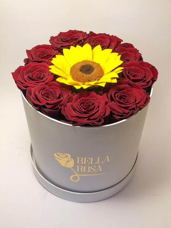 Caja con 9 rosas preservada y un girasol preservado