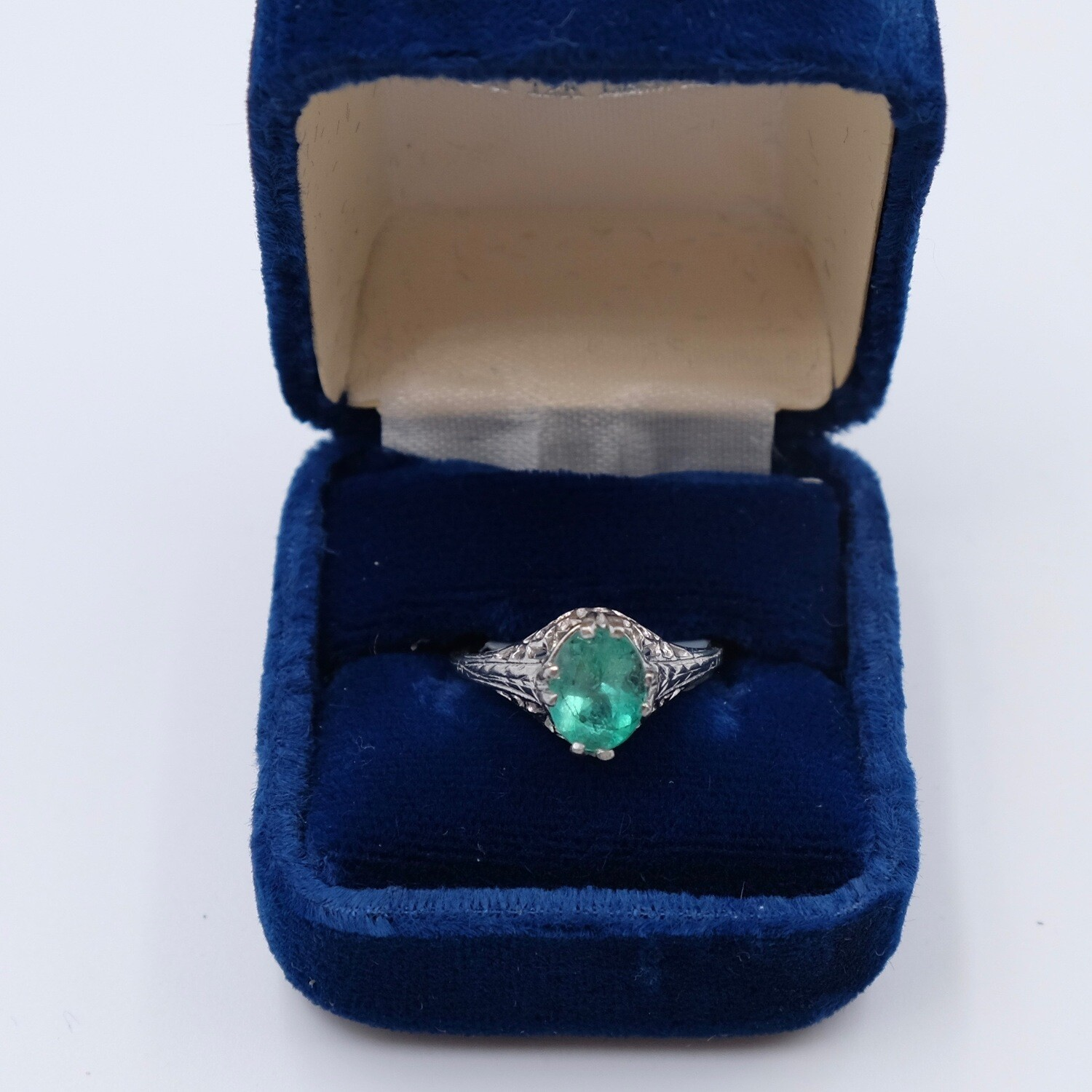 Antique Platinum Ring with Emerald