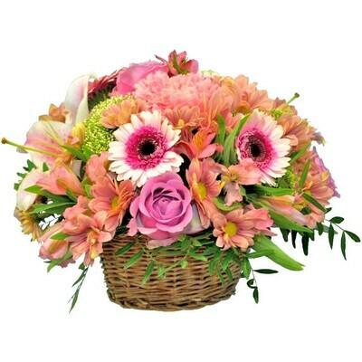 Košík plný ružových kvetov